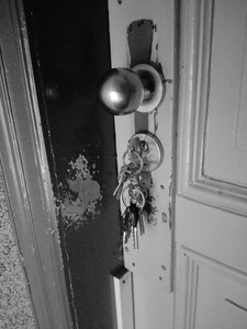 Umgebung eines Türschlosses, die dank Schlüsseln stark beschädigten Lack aufweist