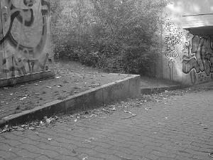 Betonklippe über der Rampe zu einer Fußgängerunterführung